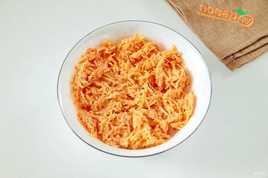 Морковь натрите на мелкой терке. Добавьте к ней измельченный чеснок, сметану, немного соли, сушеный базилик и перемешайте. Отставьте пока в сторону.