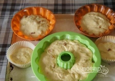 Можно испечь один большой кекс в форме диаметром 26 см, а можно несколько, но размерами поменьше. Выкладываем тесто на 1/3 формы.