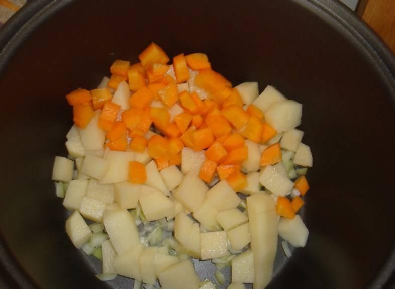 Далее кубиками режем картофель и морковь, кладем в чашу мультиварки.