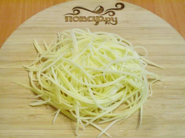 Очищаем от кожуры кабачок. И с помощью терки делаем длинные соломинки из кабачка, очень похожие на спагетти. Сердцевину кабачка, там, где молоденькие семена, не трем.