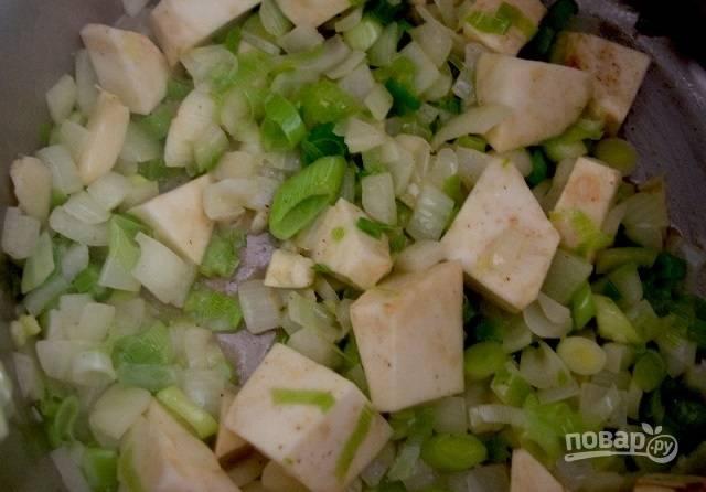 3.Добавьте в кастрюлю сельдерей и готовьте еще 5-7 минут.