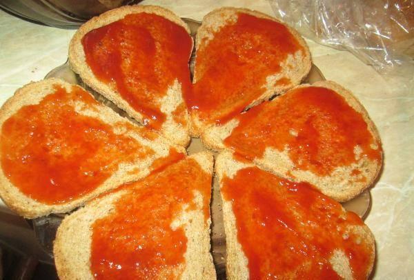 Намазываем ломтики хлеба кетчупом.