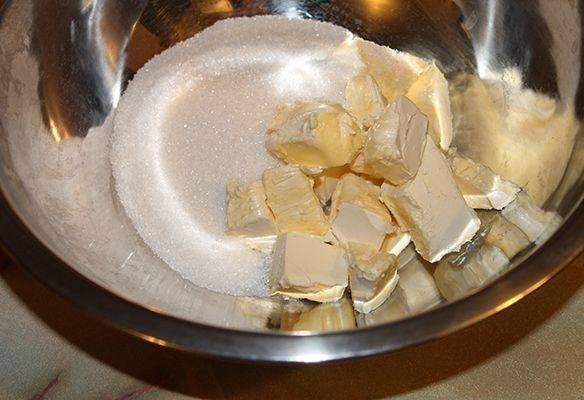 1. Сливочное масло комнатной температуры (в рецепт приготовления пирога со смородиной на кефире можно использовать также и маргарин) соединить в глубокой мисочке с сахаром и ванилином.