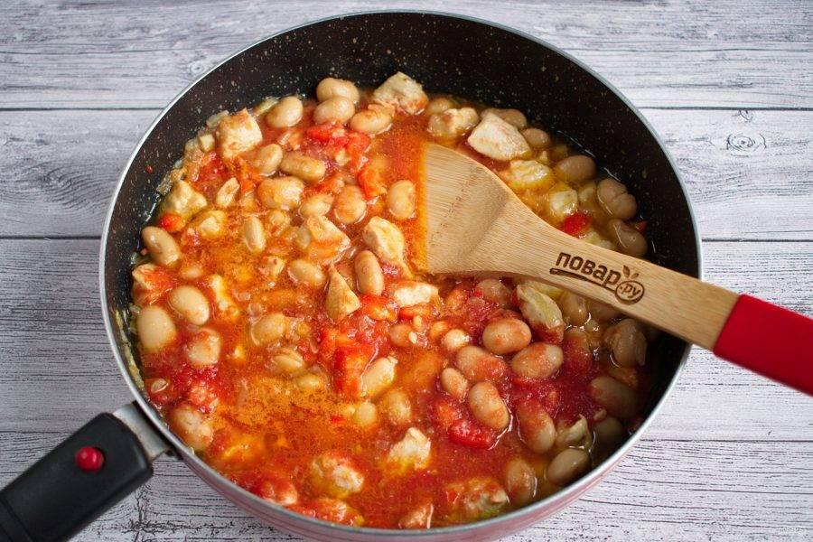 Влейте томатный соус (или томатное пюре), доведите до кипения, тушите на медленном огне до желаемой густоты блюда, примерно 15-20 минут.