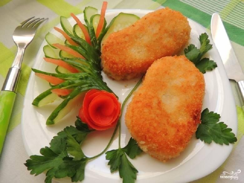 7. Через 5 минут котлетки готовы. Подавайте их теплыми. Дополнением к блюду служат овощи и зелень. Приятного аппетита!