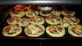 Кабачки запекайте в духовке 20-25 минут при 200 градусах.