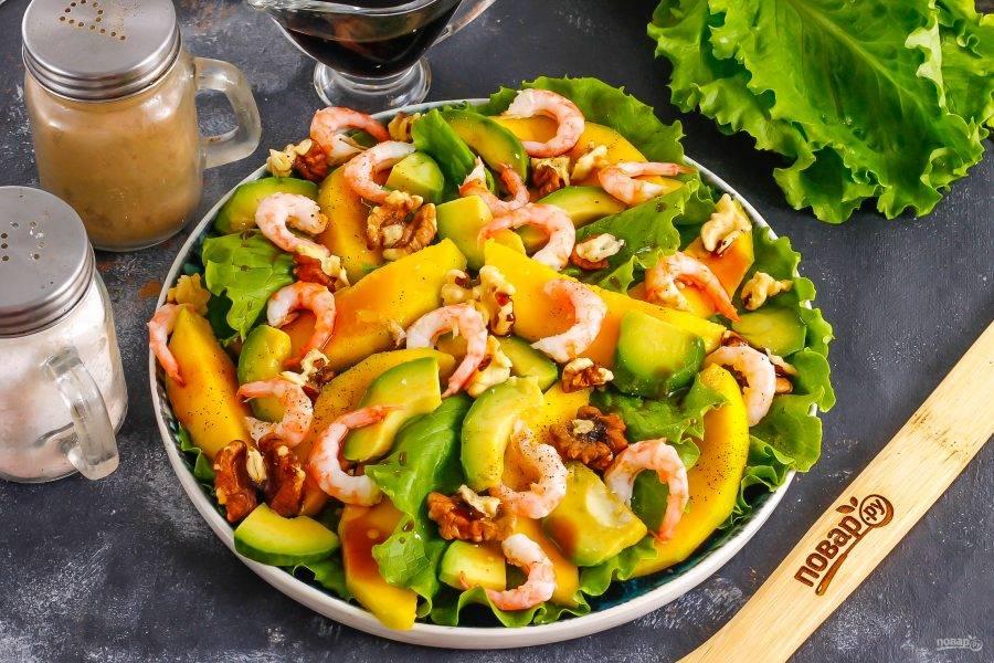 Выложите отварные креветки и полейте салат соевым соусом, маслом. Поперчите и посолите.