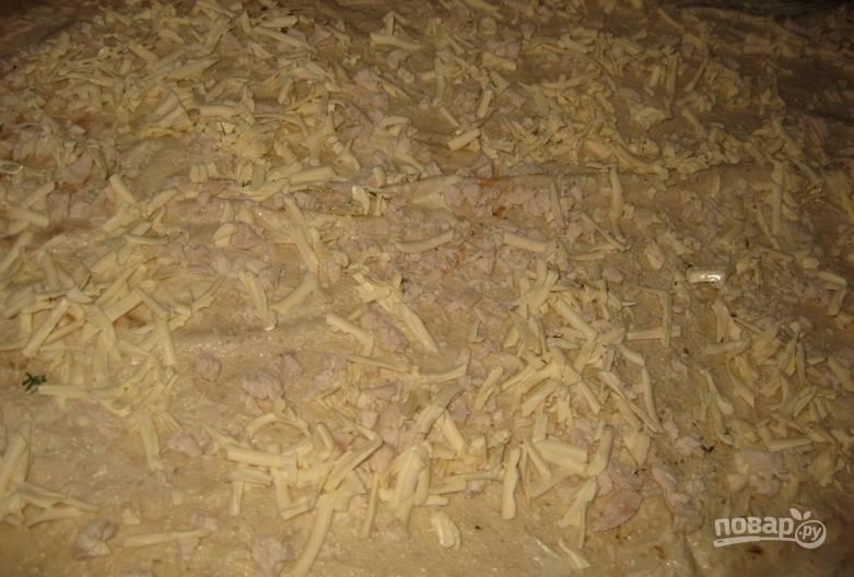 Трем на терке плавленые сырки, присыпаем ими лаваши.