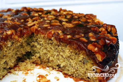 4. Перевернуть на большое блюдо и нарезать на кусочки. Подавать пирог теплым или комнатной температуры со взбитыми сливками или ванильным мороженым.