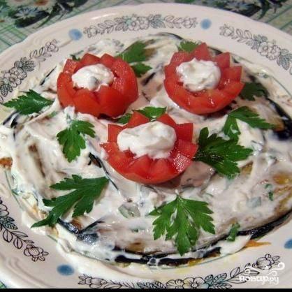 6. Украсить салат ломтиками помидоров и веточками петрушки. Нарезать салат острым ножом как торт на треугольники и выложить на порционные тарелки, стараясь сохранить форму. Салат подают как горячим, так и остывшим.