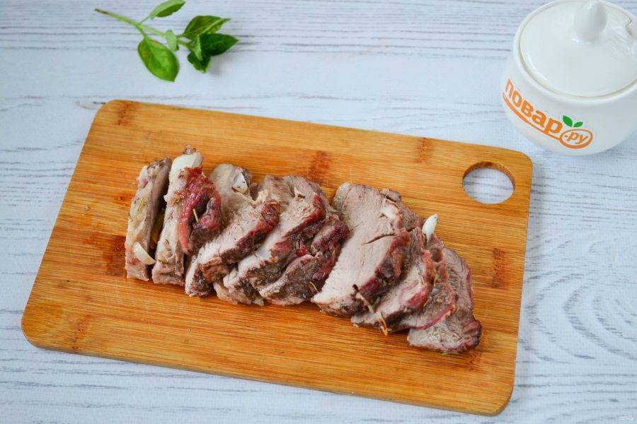 Порежьте мясо та тонкие ломтики.