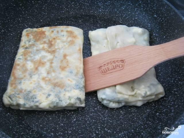 5.Отправляем лепешки на разогретую сковороду с небольшим количеством масла и обжариваем с двух сторон до румяной и хрустящей корочки.