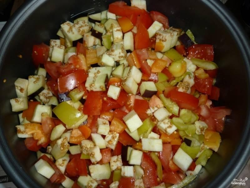 Нарезаем помидоры на кубики и отправляем в мультиварку.