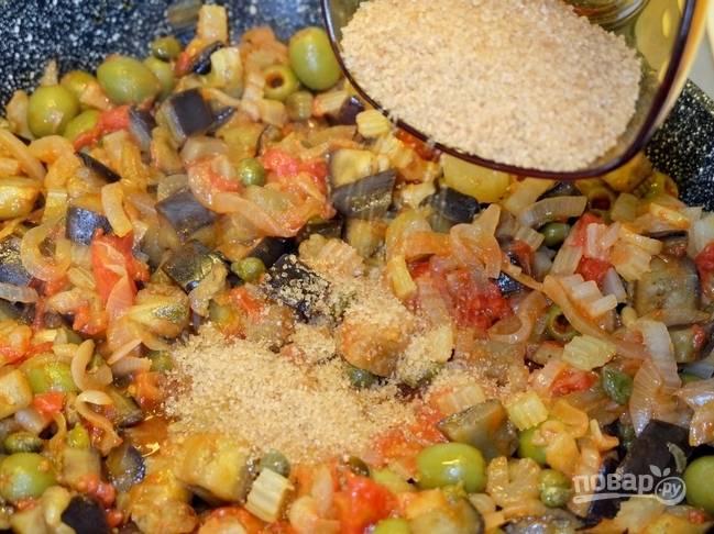 12. Соединяем баклажаны с сельдереем и основной сковородой с луком. Добавляем немного сахара.