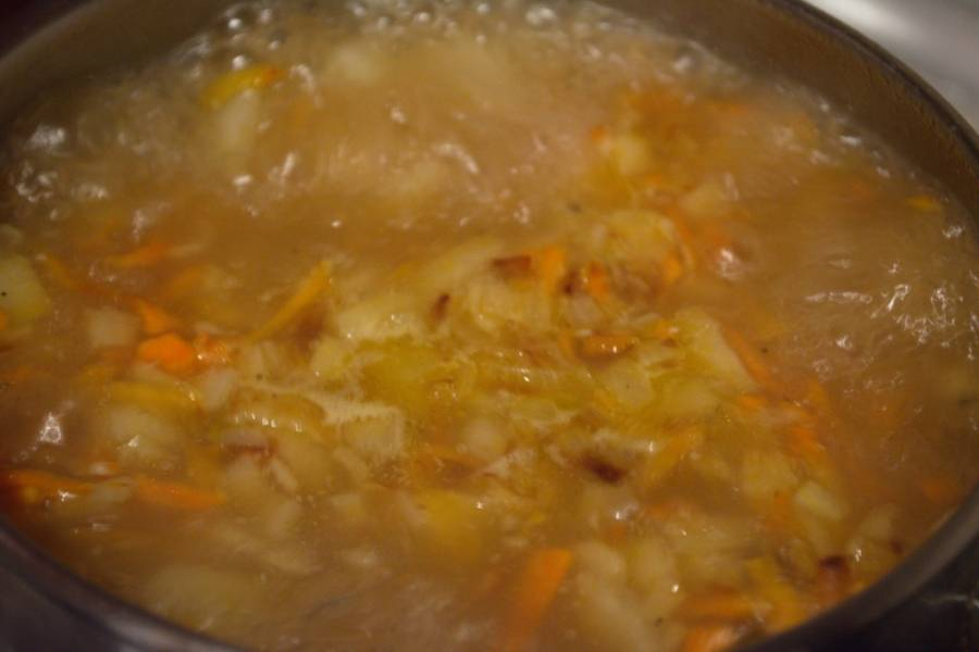 Когда картофель будет почти готов, выложите к нему зажарку. Варите все вместе 10 минут до готовности морковки.