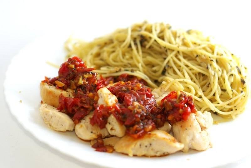 На тарелочку выкладываем курочку, сверху кладем соус, рядом укладываем спагетти с соусом песто. Приятного аппетита!