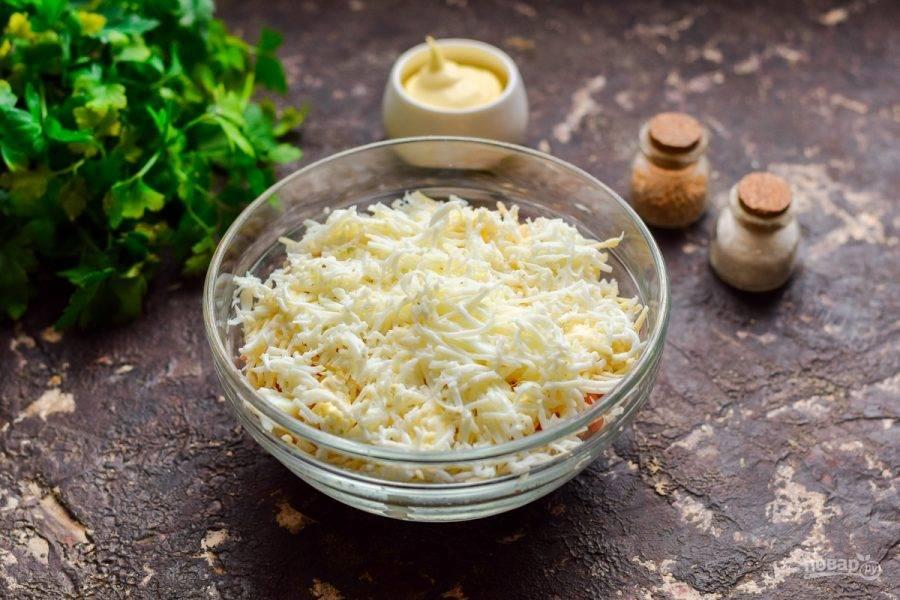 Куриный белок натрите на мелкой терке. Выложите белок поверх сыра. Пропитайте салат час и подавайте к столу.