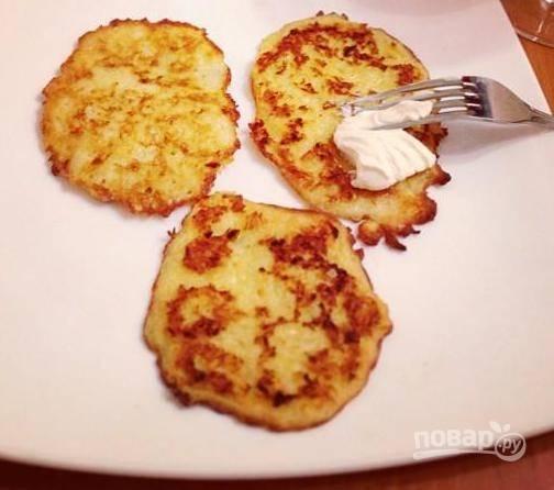 5. Лучше всего подавать драники из картофеля со сметаной. Приятного аппетита!