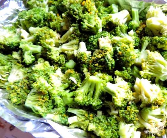 На этот раз я взяла замороженную брокколи. Её нужно положить в холодную воду до оттаивания. После чего еще раз промываем и разбираем на соцветия. Вы же можете взять незамороженные овощи. К ним можно добавить цветную капусту (по желанию).