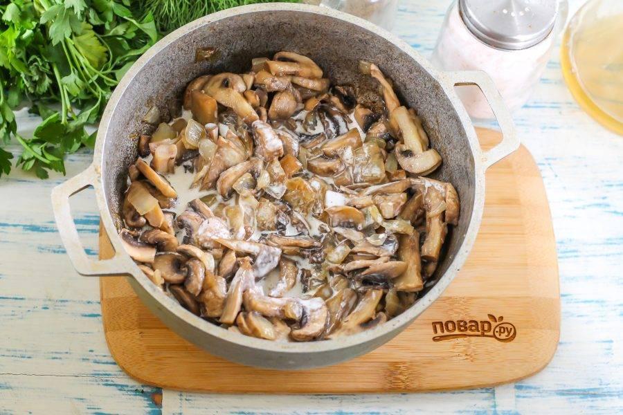 Посолите и тушите около 10-12 минут, пока вся жидкость не испарится. Обжарьте грибы около 1-2 минут до румяности. После этого поперчите блюдо, влейте сливки и прогрейте до кипения. Немного грибов выложите на блюдце для украшения блюда.