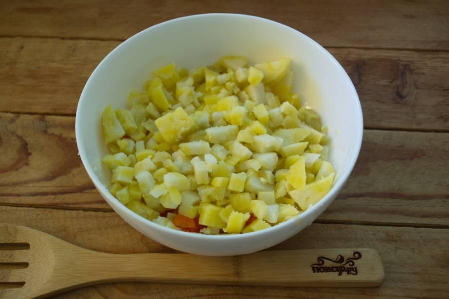Картофель отварной очистите от шкурки и нарежьте кубиками.