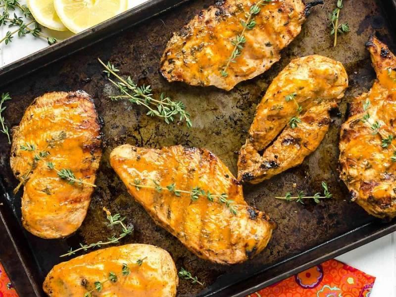 Запекайте маринованное филе на противне в духовке при 210 градусах или на гриле. Примерно по 5 минут с каждой стороны. Приятного аппетита!