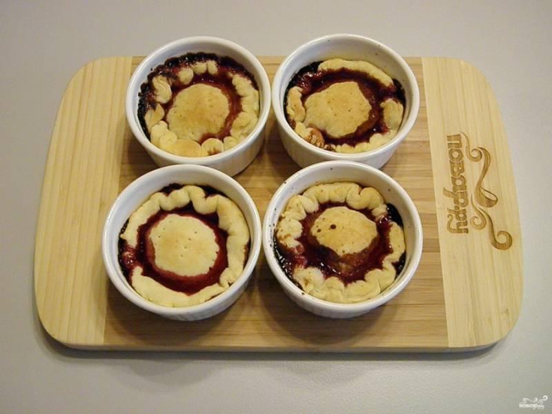 Десерт готов. Не спешите извлекать его из формочек, дайте ему немного остыть. Потом накройте блюдечками и переверните.