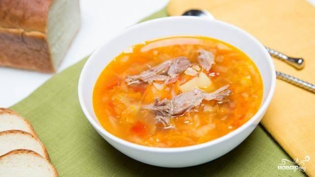 9. Выберите мясо, снимите с кости, выложите по порционным тарелкам и залейте капустняком. Приятного аппетита!