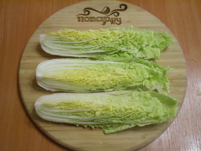 Капусту вымойте, дайте воде хорошо стечь. Снимите верхние листья (они не понадобятся). Сам кочан разрежьте вдоль на 4 части.