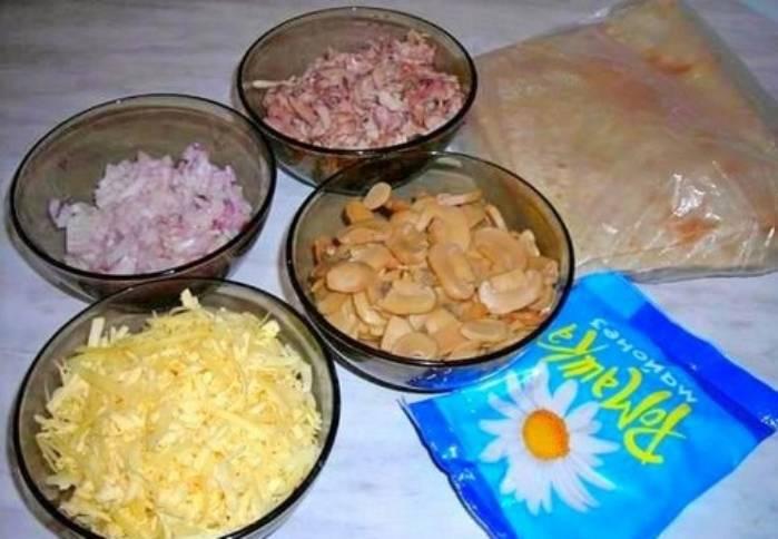 Мясо курицы отварите и мелко порежьте. Лук порубите, а сыр потрите на мелкой терке. Грибы лучше возьмите консервированные.