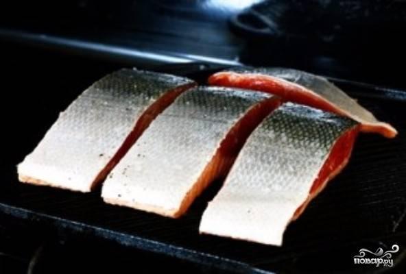 3) Лосось выложите на гриль кожей вверх ( или обычную сковородку) и обжаривайте примерно 5 минут.