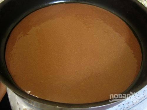 5. Вылейте 1/5 часть теста в форму (предварительно смажьте ее маслом или застелите пергаментом) и отправьте в духовку.
