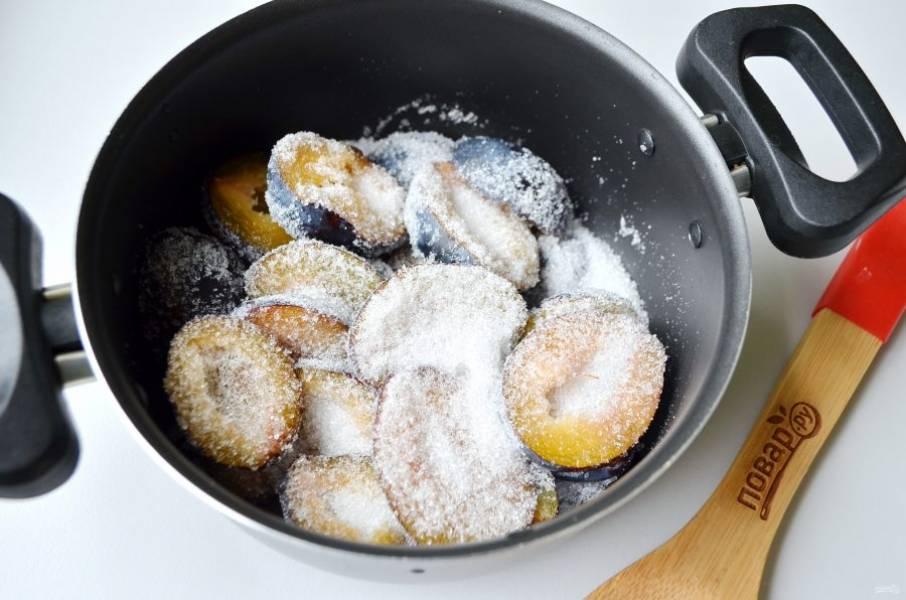 3. Сливы вымойте, удалите косточки, засыпьте двумя-тремя ложками сахара и оставьте на 10-15 минут пускать сок. После чего поставьте на медленный огонь и варите 20 минут с момента закипания сока. Воды добавлять не нужно!