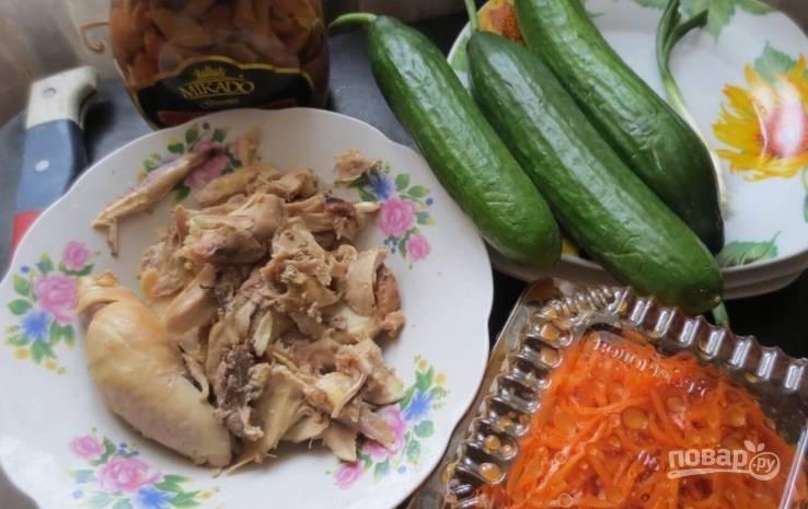 Предварительно подготовьте необходимые ингредиенты. Куриное мясо отварите до готовности.