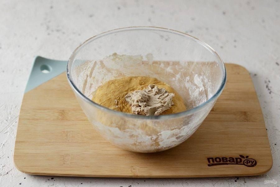 Вымесите тесто 10 минут, чтобы оно стало однородным и не липло к рукам. Смешайте масло с корицей, затем добавьте его к тесту. Замесите до однородности.