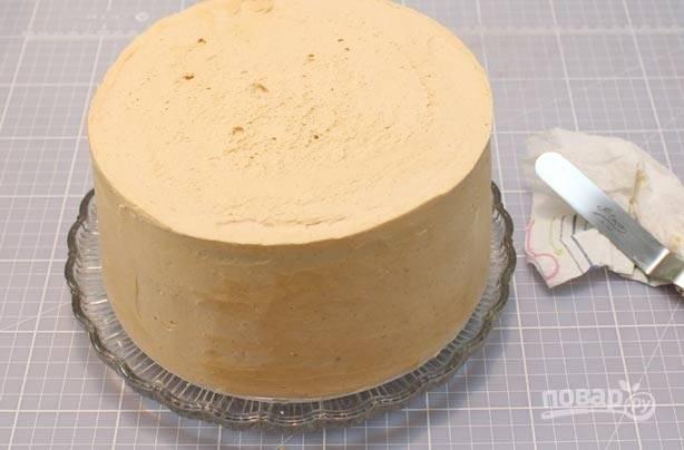 6.Достаньте торт из холодильника и смажьте верхний слой оставшимся маслом. Выровняйте все стороны горячим шпателем.