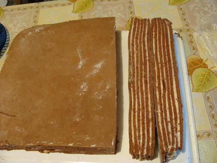6. Когда торт хорошо пропитается, его можно аккуратно разрезать на порционные кусочки. При желании сверху можно украсить тертым или растопленным шоколадом, присыпать какао или добавить немного кокосовой стружки.
