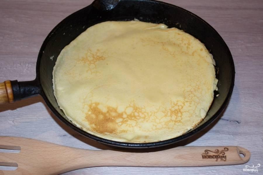 В сковороду капните пару капель растительного масла и положите 10 граммов сливочного. Растопите их. Влейте небольшую порцию теста, распределите его по всей поверхности сковороды. Из данного теста у меня вышло 3 блинчика. Обжариваем их с двух сторон.