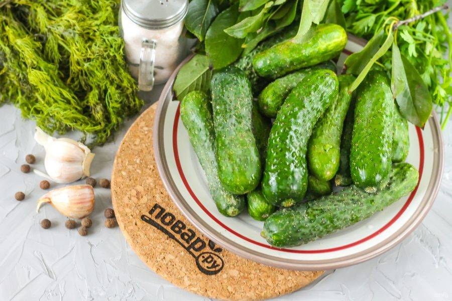 Подготовьте указанные ингредиенты. Огурцы используйте только грунтовые!