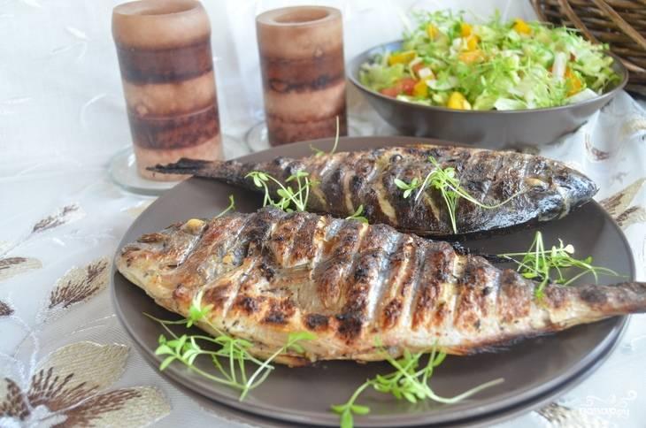 3.Перекладываем рыбку с гриля на тарелку и подаем со свежей зеленью, легким овощным салатом. Приятного аппетита!