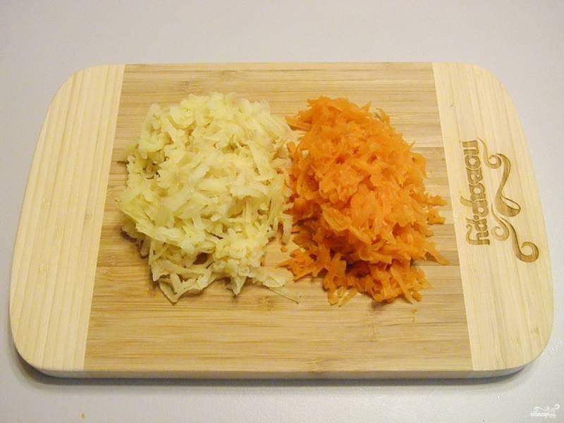 Картофель и морковь очистите от кожуры и натрите на крупной терке.