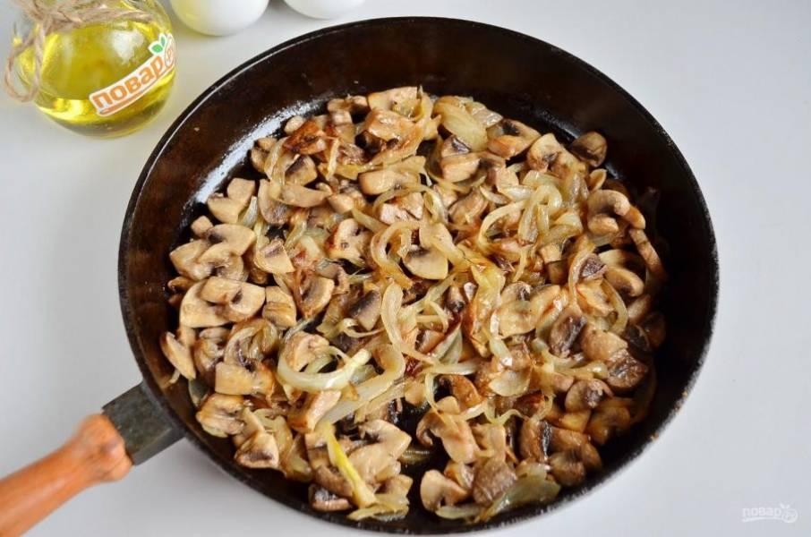 4. Когда грибы будут полностью готовы, влейте сливки, добавьте муку и протушите пару минут.