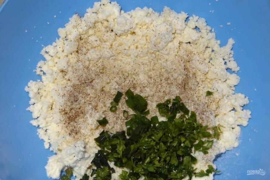 6.Зелень (лук и петрушку) мою и вытираю полотенцем, затем мелко нарезаю ее и отправляю в миску к сыру, добавляю майонез.