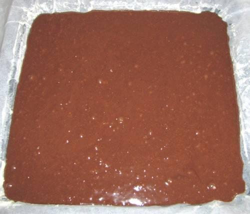 """Желтки взбить с сахаром и ванилином, белки взбить в пену. Добавить муку, разрыхлитель, какао. Вылить в противень, выпекать при 180 градусах до """"сухой спички""""."""