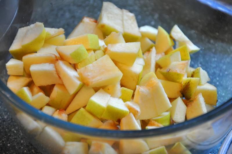 Перец очищаем от семян и нарезаем полукольцами, айву режем на небольшие куски.