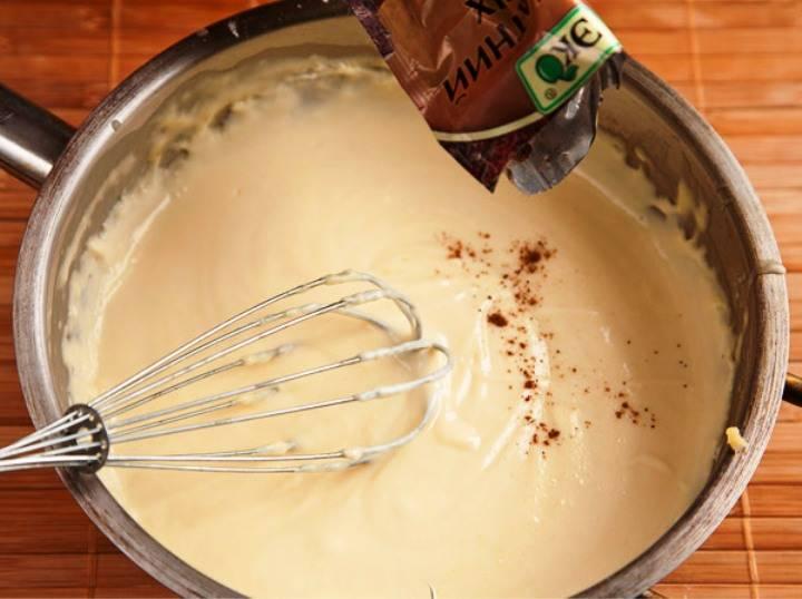 В это время приготовьте соус бешамель. Растопите на сковороде сливочное масло, слегка обжарьте в нем муку, влейте молоко и прогрейте, помешивая, до загустения. Обжарьте на сковороде лук и чеснок, измельчите их в блендере и добавьте в соус. Посолите и поперчите по вкусу.