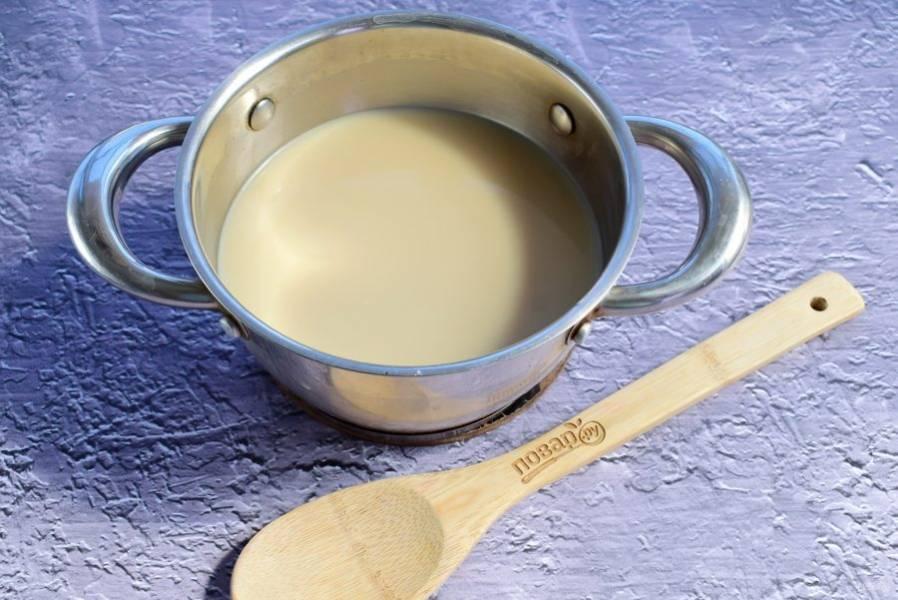 Молоко, сахар, ванилин и свежезаваренный кофе соедините в кастрюльке и доведите до кипения.
