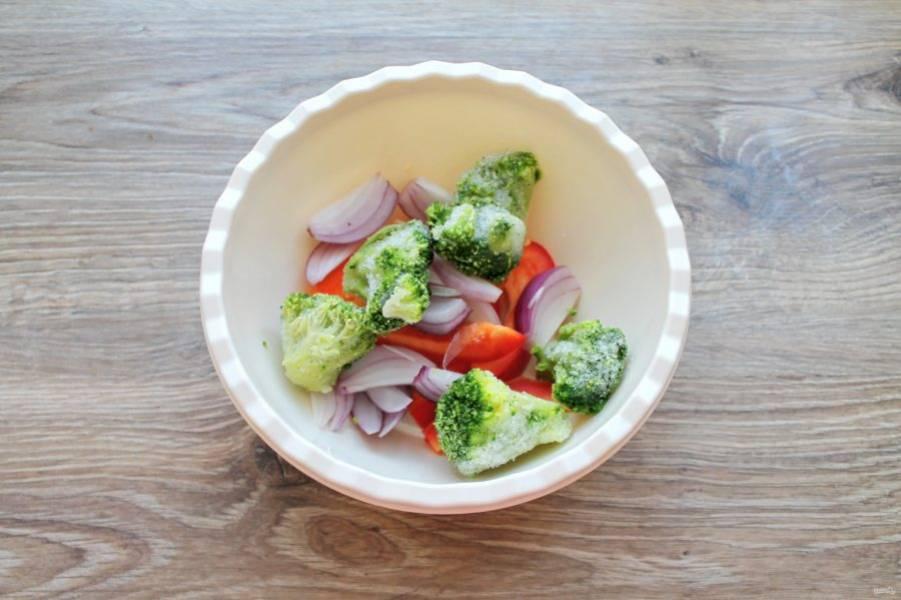 Выложите в миску с овощами брокколи.