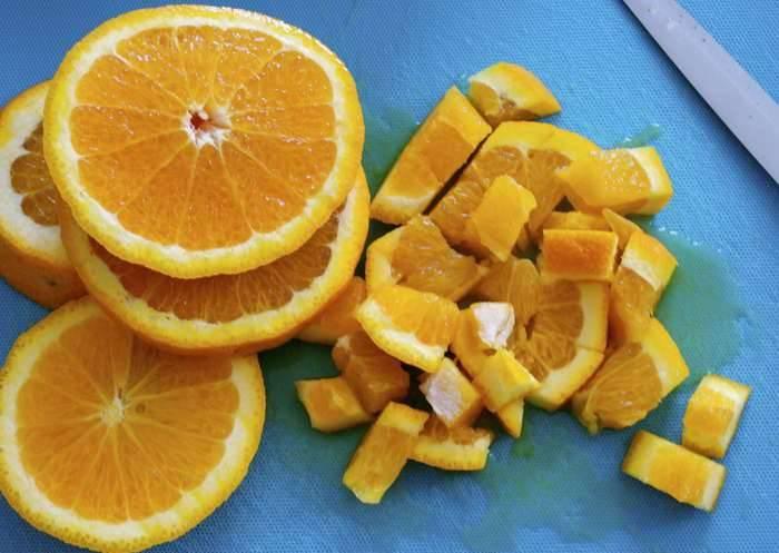 3. Апельсины нарезаем кусочками, чтобы было удобнее достать косточки.