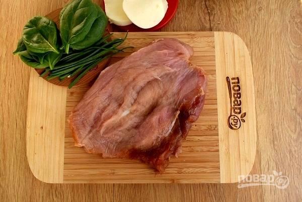Замаринованное мясо разрежьте посередине не до конца,  раскройте как книжку.